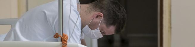 Faute de protection, des soignants souffrent, contaminent et succombent